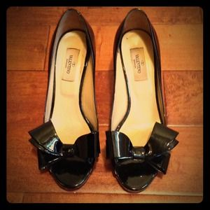 VALENTINO BLACK PATENT HEELS WITH BOW