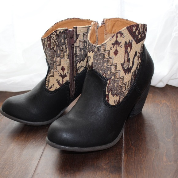 Shoes - New southwest print black booties