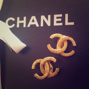 CHANEL Jewelry - Hold❌❌Authentic VTG Chanel goldtone clip earrings