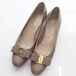 Ferragamo Shoes - Ferragamo Vara pumps