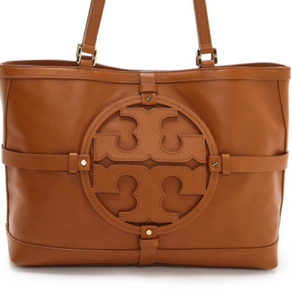 Shop the latest Tory Burch women handbags, clutches, totes, bucket and satchels bags that always are synonymous of preppy-bohemian style. Tory Burch glamorous handbags have a luxury touch coming from refined details, color and print from '60s and '70s design.