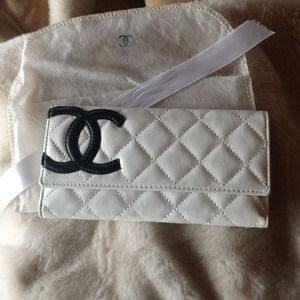 Beautiful white wallet for sale!