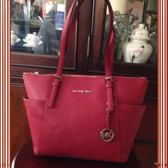 6637b8643e22 Michael Kors Jet Set East West Top Zip Tote. M 52e81f10b539e45eef17e6f4
