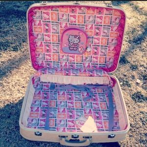 Just sharing my fav vintage suitcase