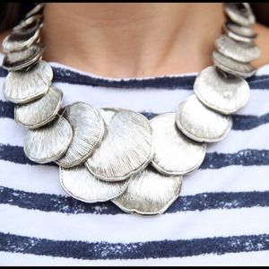 Ann Taylor Jewelry - Ann Taylor scalloped statement necklace