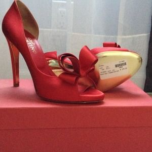 Never worn- Valentino red pump with bow