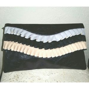 Handbags - 🎉 H/P 🎉 New black ruffled flap clutch