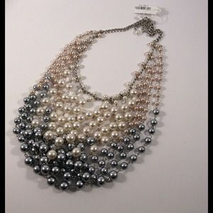 Jewelry - Stunning layered pearl statement necklace