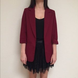 Casual burgundy blazer with a rolled sleeve
