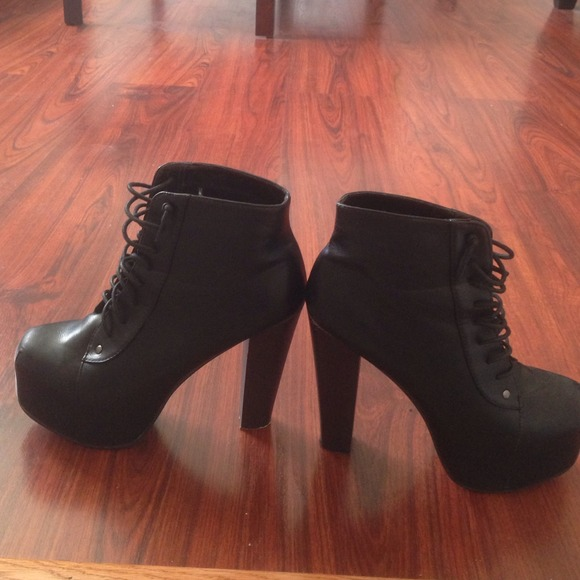 Shoes - Black faux leather platform booties!