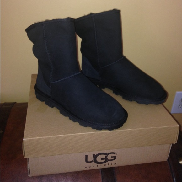 Authentic Ugg Essential Short Black