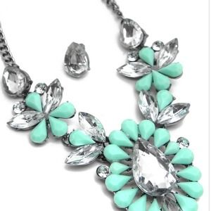 Jewelry - MINT CRYSTAL NECKLACE SET