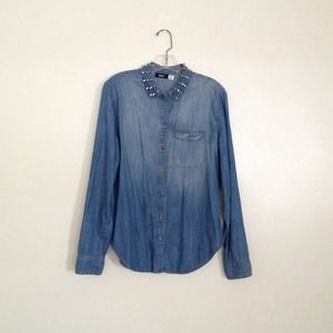 ❤️UO studded denim shirt❤️