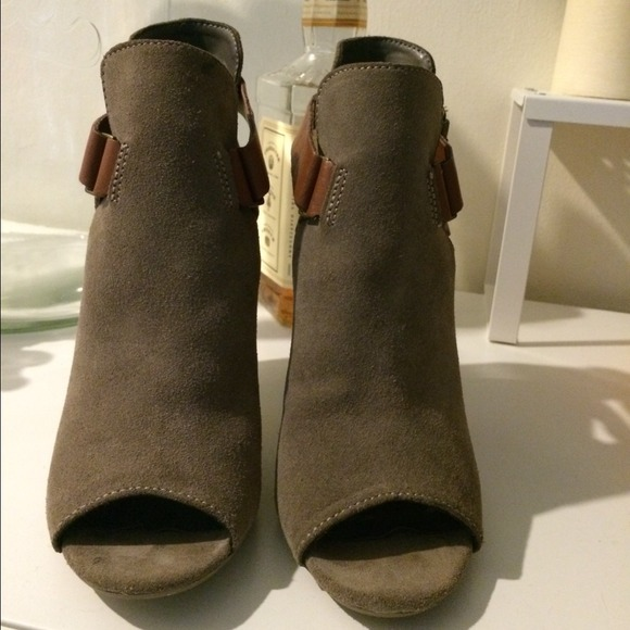 Steve Madden Boots - Taupe / Grey Steve Madden Booties with buckles 3