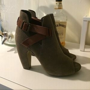 Steve Madden Shoes - Taupe / Grey Steve Madden Booties with buckles 4
