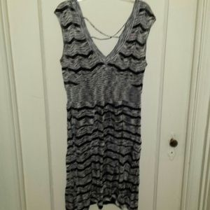 Dresses & Skirts - Black & white stretchy dress v neck in the front &
