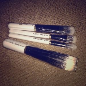 Accessories - Mac Limited addition makeup brushes it been !sold!
