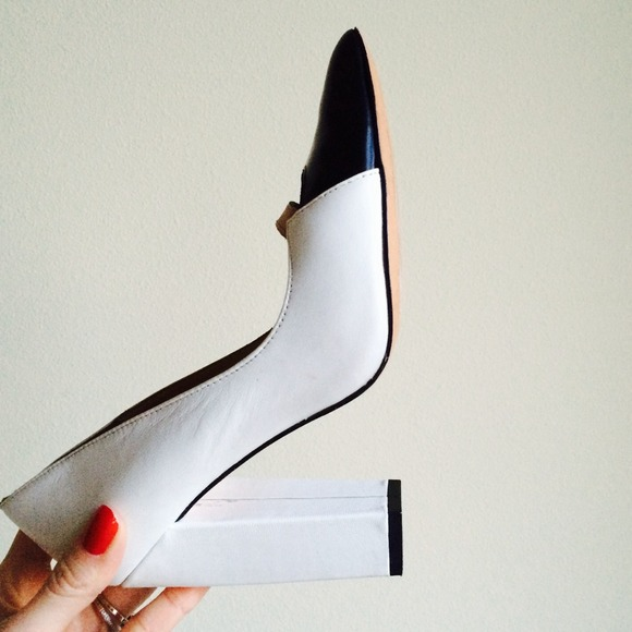 "L.A.M.B Shoes - ✨HP✨ L.A.M.B. ""Janaye"" Leather Pump"