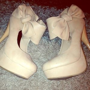 Shoes - Soft beige heels