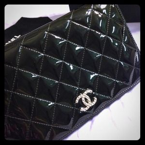 Auth Chanel Black patent Leather zippy wallet