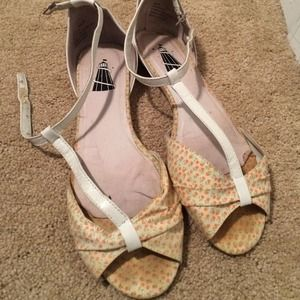 Shoes - Floral and White Peep-Toe Leather Sandals Size 8
