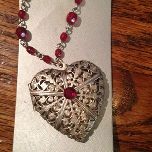 Jewelry - Vintage look necklace/locket.
