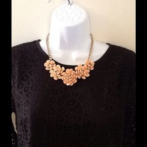 Jewelry - *Sale!* Peach/gold Bloom Necklace