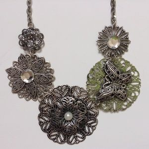 Jewelry - NWOT Gorgeous Flower & Butterfly Necklace