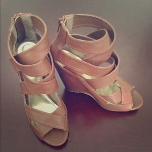 💕Downtown Chic 4/1 HP💕 Camel strap wedges