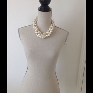 Beautiful fashion pearl necklace set.