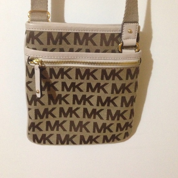 488fd7eae6c6 Michael Kors  Signature  Crossbody Bag. M 5334f3490fb6cd570b0c35dd