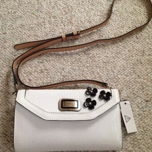 Guess Handbags - 🎀🎀NWT Guess Britton Floral crossbody !🎀🎀