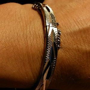 Jewelry - Pretty silver bangle