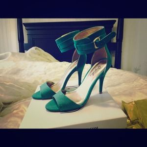 Shoes - Ankle strap emerald heels💋