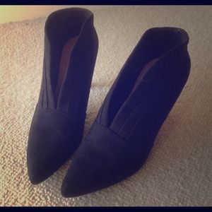 Shoes - 🆕🆕🆕Black suede front open bootie