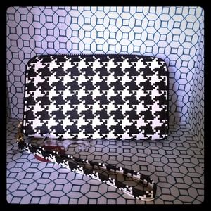 Houndstooth wallet with detachable wristlet