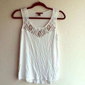 ⬇️PRICE REDUCED⬇️White Forever 21 detailed tank!
