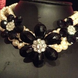 Black and pearl flower necklace