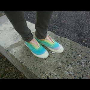 girls wearing keds slip ons