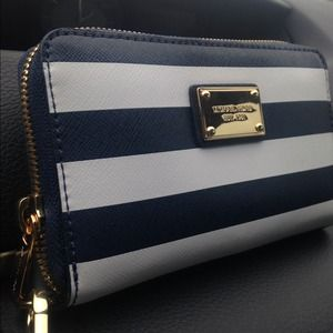 FIRM Michael Kors Essential Zip Wallet