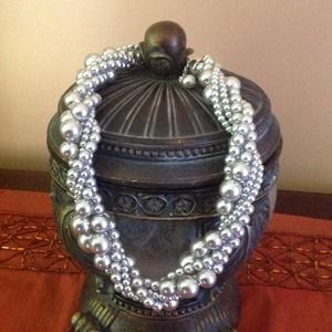 Silver and pearl necklaces . BUNDLE