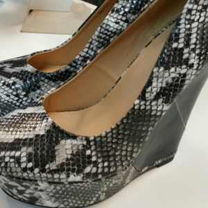 Shoes - SOLD - Snake skin wedge size 9