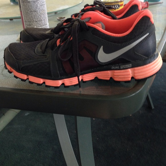 nike shoes in black and coral 953790