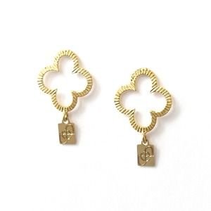 Clover earring posts (925) comes with pouch.