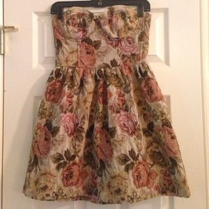 Dresses & Skirts - Floral strapless tapestry dress