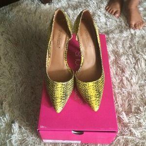 Beautiful yellow snakeskin heels RUNS SMALL