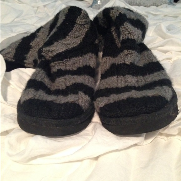 black or grey knitted uggs