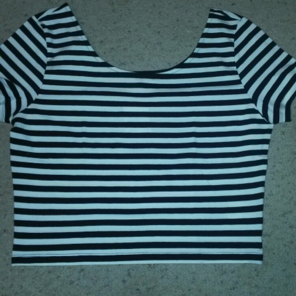 b795665571cc5 H M CROPPED SHIRT SIZE LARGE BLK   WHT STRIPED