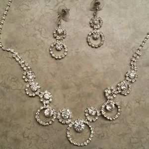 Jewelry - Beautiful necklace and earring set