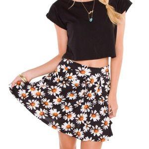 Dresses & Skirts - Daisy skater skirt 🌻🌻🙈
